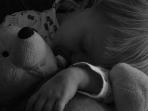 El niño que se levanta por la noche o quiere dormir con sus padres